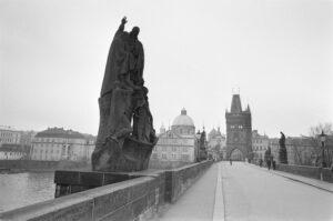 Praag._Karelsbrug_over_de_Moldau_met_heiligenbeelden_en_met_zicht_op_de_Oude_Sta,_Bestanddeelnr_920-1504