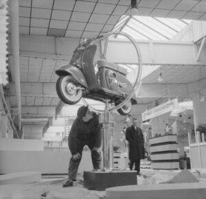 Voorbereidingen_voor_de_motorscooter_enz,_tentoonstellin_in_de_RAI, Bron/auteursrecht: Nationaal Archief