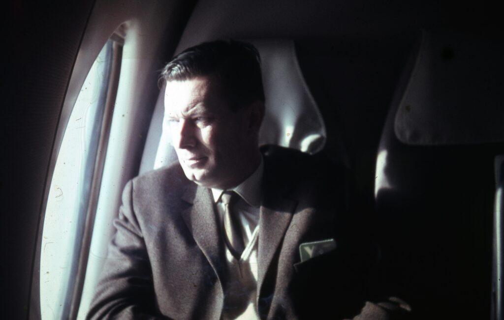 Op een van zijn vele vliegreizen binnen Europa, op weg naar Londen, 1968. Gefotografeerd door een meereizende collega.