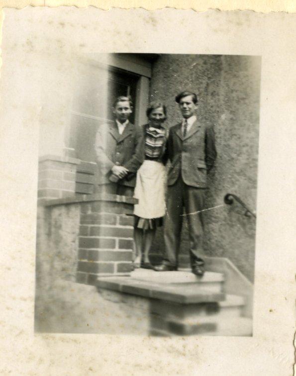 Berlijn, Friedrichshagen, zomer 1944. Mijn vader naast frau Ruethning en haar zoon Wolfchen.