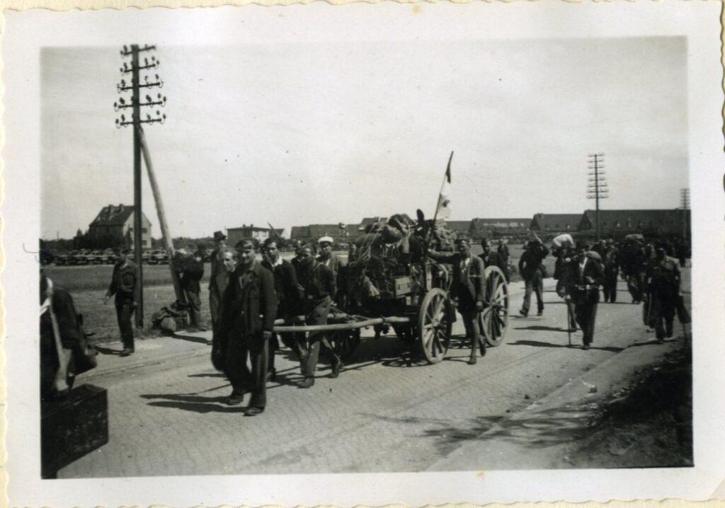 Op de terugweg, mei 1945 in de buurt van Maagdenburg. Een groep Nederlanders - met driekleur.