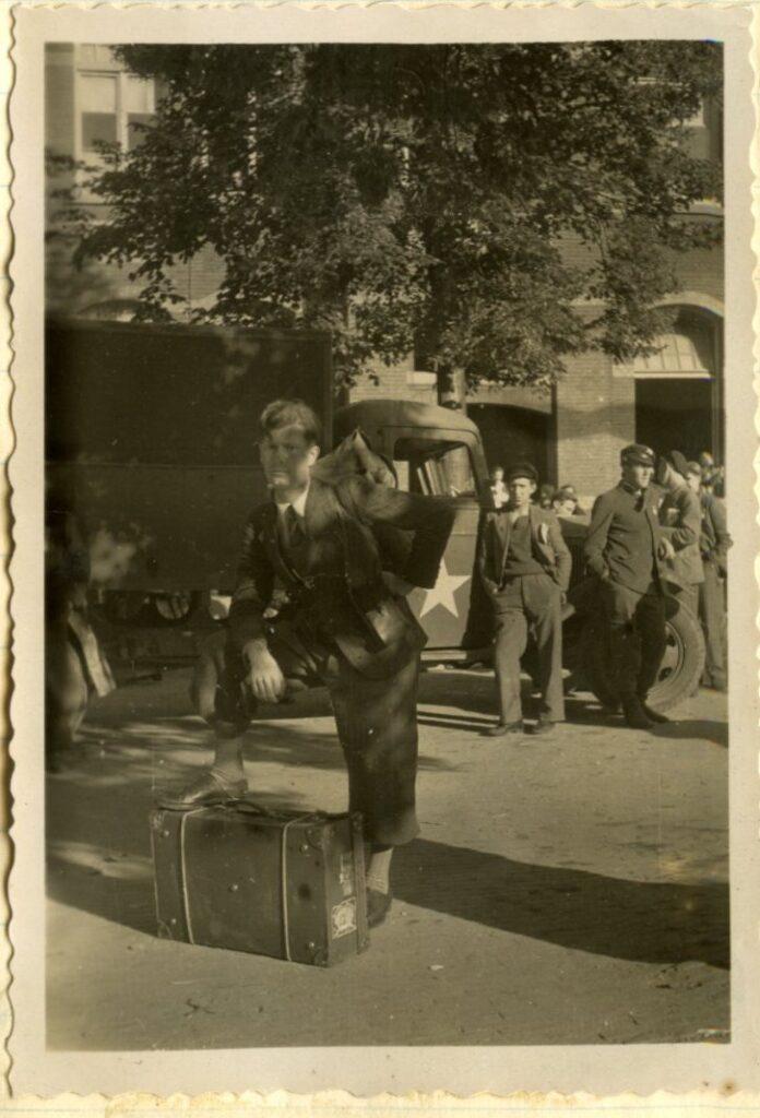 Op de laatste foto poseert hij ergens in Maastricht. Recht de camera inkijkend, staand met een hand in de zij en een voet op zijn reisvalies, eenentwintig jaar oud.