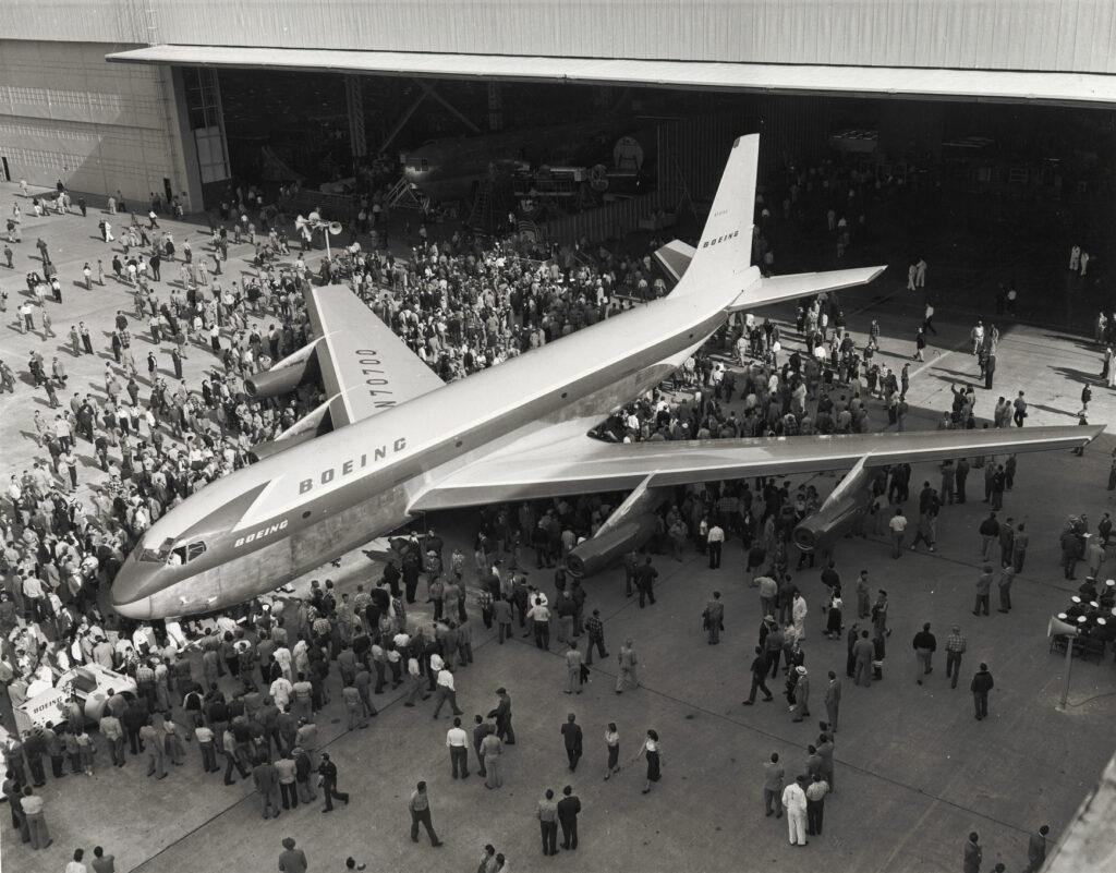 Het prototype van de KC-135 tanker en later eveneens de Boeing 707 wordt in 1954 voor het eerst naar buiten gereden.