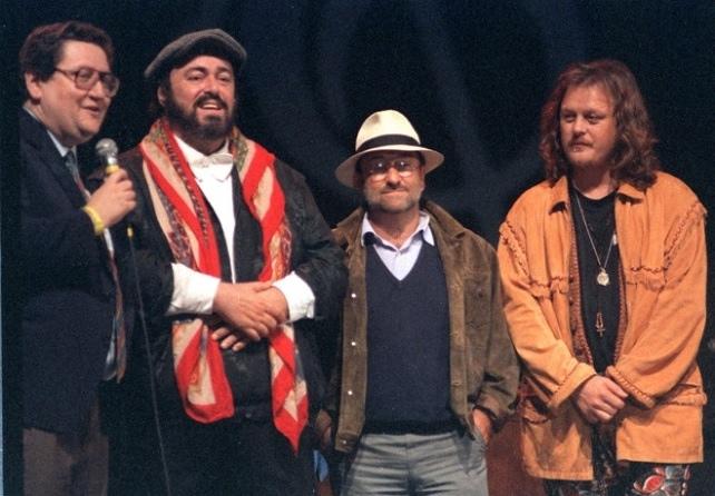Vanaf links: journalist Vincenzo Mollica, Luciano Pavarotti, Lucio Dalla en Zucchero bij de eerste editie (1992).